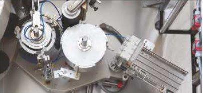Etykieciarka pratica - Przenoszenie napędu na elementy stacji i na karuzelę maszyny za pomocą przekładni mechanicznych.